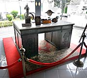 'An old Desk in the Kraton' by Asienreisender