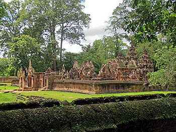 'The Temple Compound of Banteay Srei' by Asienreisender