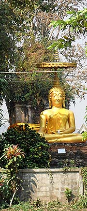 'A Golden Buddha at one of Chiang Saen's Temples' by Asienreisender